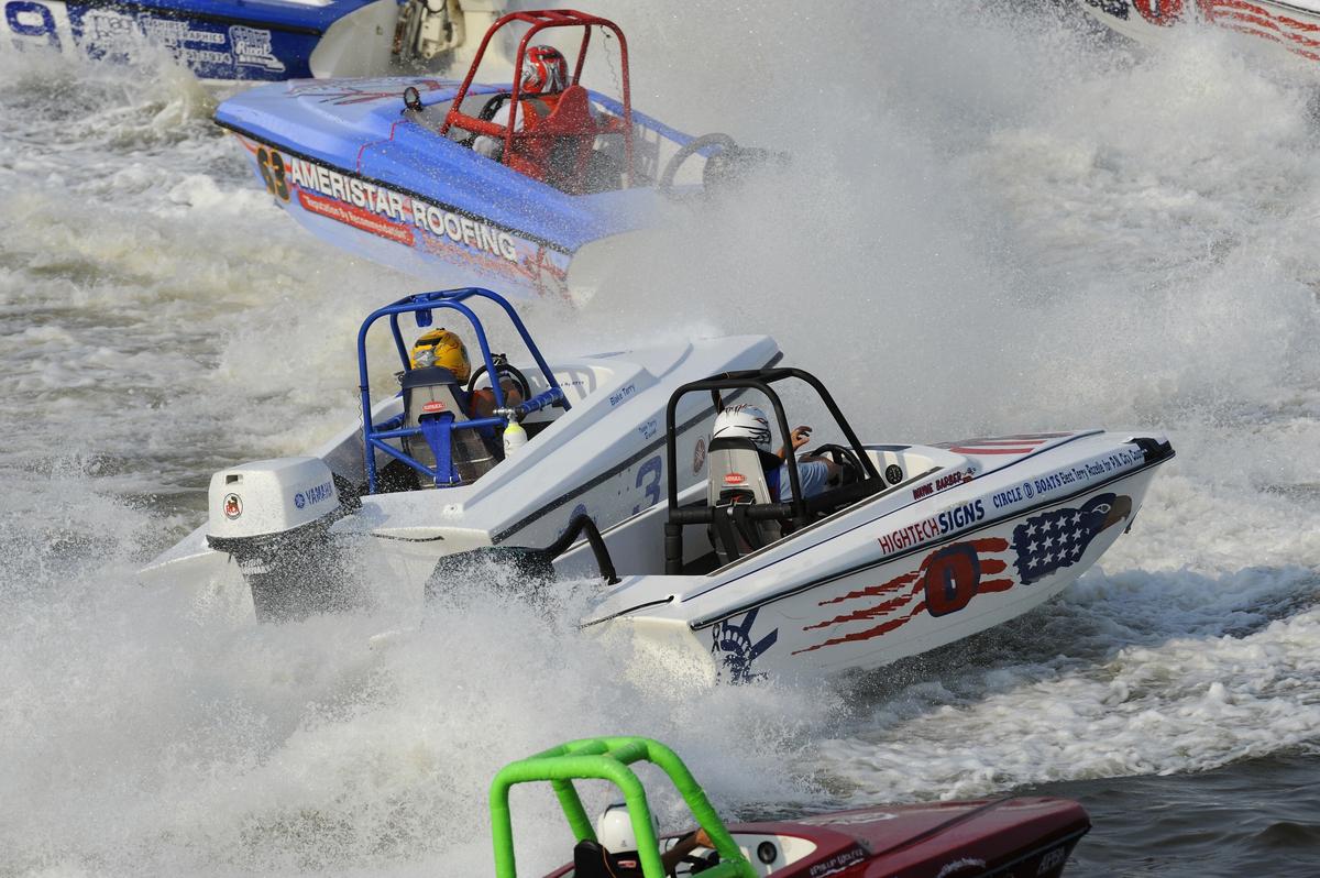 Tri-Hull Boat Racing
